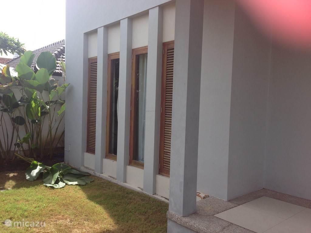 voorzijde van het huis, ramen van slaapkamer beneden