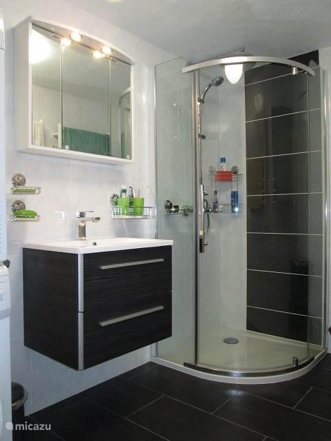 Douchekamer met regendouche, handdoekwarmers