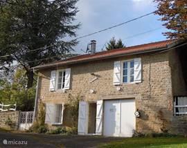 Welkom in Mon Loisir! Het huis ligt aan een zeer rustig doodlopend weggetje met heel weinig verkeer. De tuin omsluit het huis met het grootst deel aan de achterzijde.