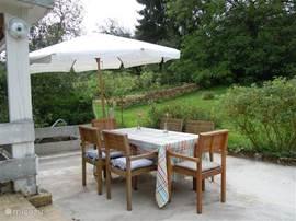 Deel van het terras, met uitzicht op de tuin.