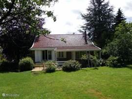 Dit is het huis aan de achterzijde, met een deel van de tuin, heerlijk rustig en veel ruimte om te genieten.