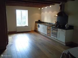 Ruime keuken die in verbinding staat met de eetkamer, een echte grote leef/eetkeuken,in totaal 40 m2.