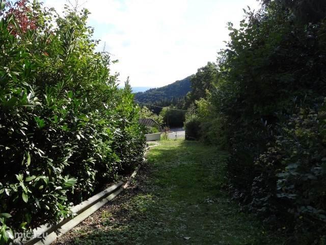 De Villa is omgeven door een tuin met veel privacy