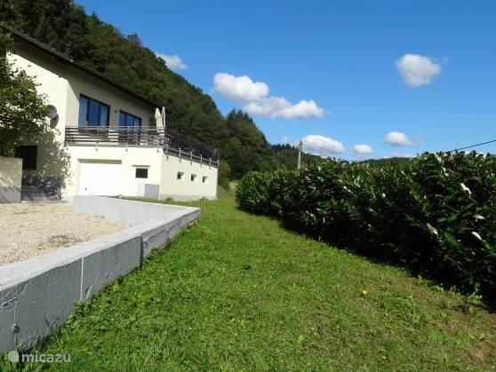 De beplanting aan de voorzijde van de Villa is inmiddels zo gegroeid dat men privacy heeft maar dat het prachtige uitzicht niet belemmerd wordt.