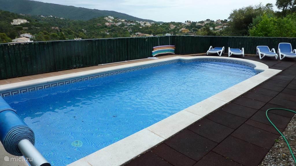 Het zwembad ligt zeer beschut en prive.