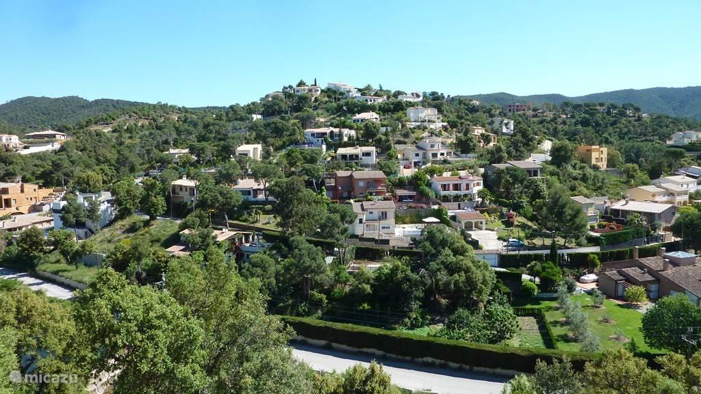 Het uitzicht vanaf terras op de heuvel aan de overzijde.