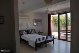 de slaapkamers met en suite de badkamer op de tuinverdieping
