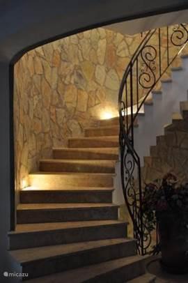 de trappen in het trappenhuis zijn verlicht deze loopt naar de tuinverdieping