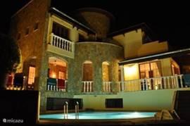 aanzicht bij avond met zwembad
