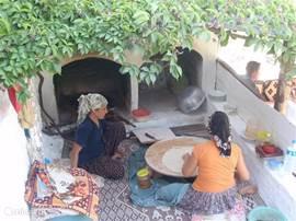 ontbijten in de bergen de dames bakken uw verse brood