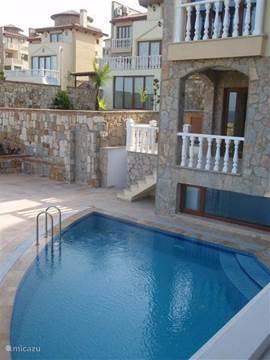 het zwembad heeft de vorm van een waaier