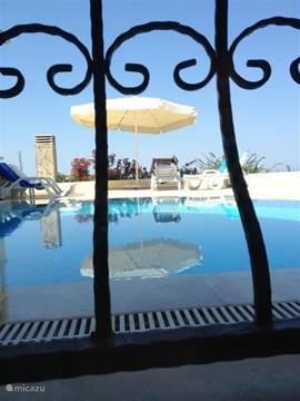 uitzicht op het zwembad door een raam