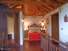 Grote slaapkamer waar we een extra bed of babybed kunnen plaatsen.