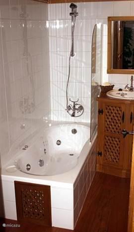 Badkamer met bubbelbad