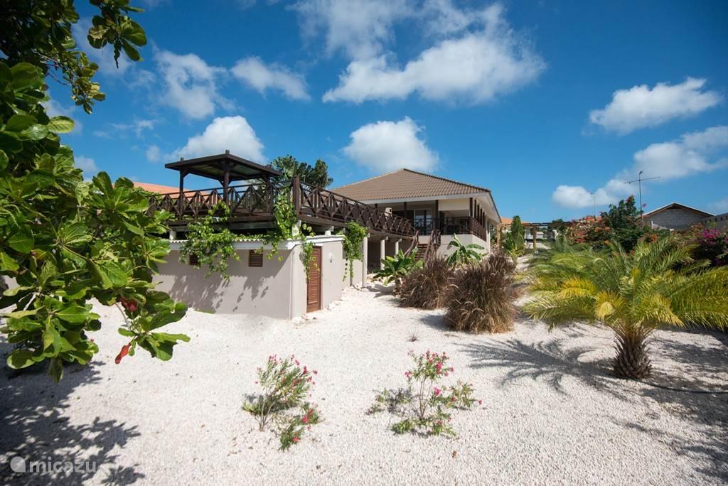 Prachtig uitzicht op de villa vanuit de grote tuin.