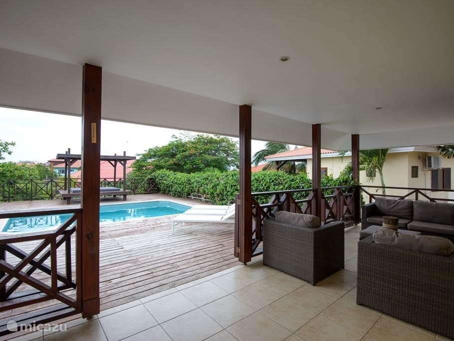 Prachtige leef porche met grote buitentafel en lounge set.