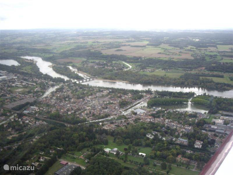 Here you can see that Briare town is a wetland. Would you make a flight over the Loire Valley? This can be on Saturday and Sunday. An aircraft with pilot for three people, cost for a half hour from 90 to 120 euros. We can reserve for you.