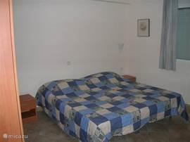 Tweepersoons slaapkamer  met badkamer via hal.