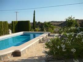 Zwembad met uitzicht richting bergen zee en Alicante.