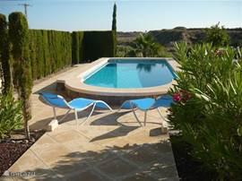 Zwembad met terrassen, douche, fraai uitzicht richting zee en Alicante.