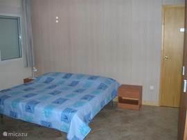 Eenpersoons slaapkamer via slaapkamer 1 met tafel en stoelen als kantoor te gebruiken. (Foto volgt)