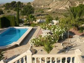 Zwembad met tuin met vrij uitzicht over de bergen richting zee en Alicante.