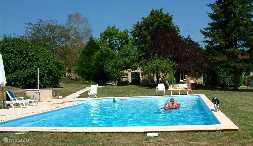 Zwembad met huis op de achtergrond