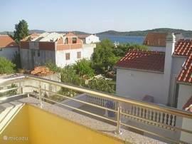 Uitzicht van ons balkon naar the Adriatische Zee en een van de vele eilanden