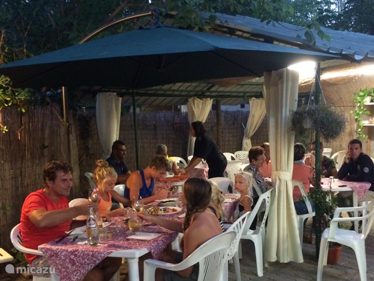 Lunchen of dineren kan in het restaurant op de camping. Goed eten en betaalbaar!