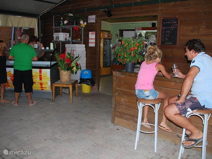 De bar met oa. vers Italiaans schep-ijs
