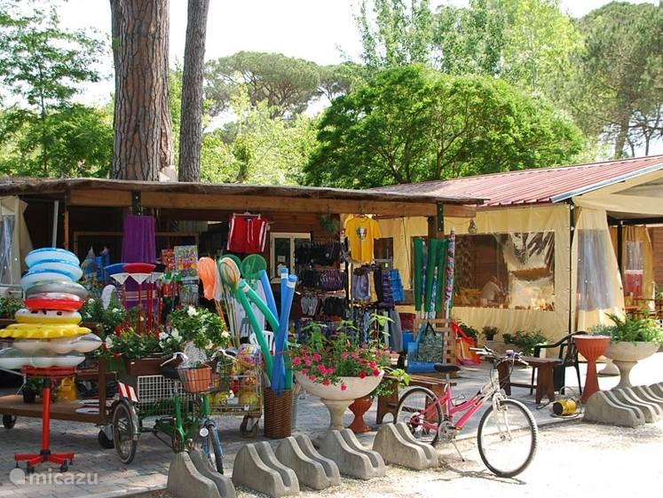 De kampwinkel op de camping; voor al die andere dingen die u nodig mocht hebben...oa. iedere dag een Nederlandse krant :)
