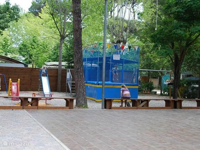 De speeltuin op de camping met trampoline!!