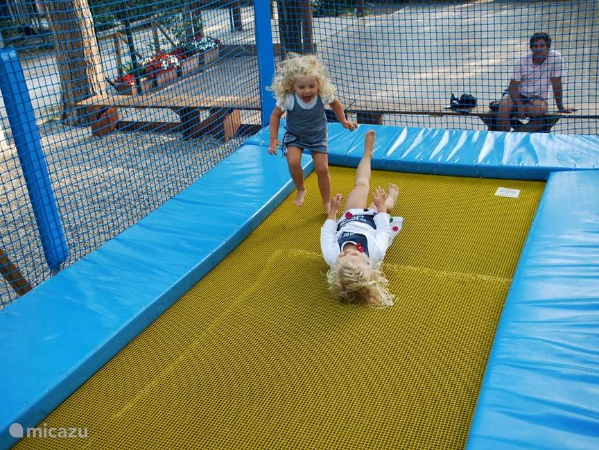 De trampoline in de speeltuin!