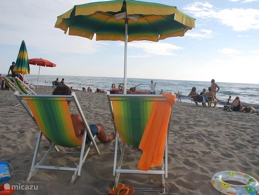 Liever niet zelf slepen met stoel en parasol? Dan kunt u deze huren op het strand