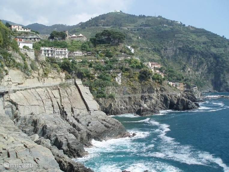 Cinque Terra; tijdens de wandeling wordt u beloond met oa. dit uitzicht. Cinque Terra wordt ook wel de bloemenriviera genoemd.