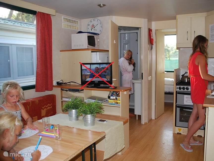 Een gezellige woonkamer met oa. een een kleuren tv met satelliet ontvangst, zo hoeft u het nederlandse nieuws niet te missen.  Komt u met 6 personen? door de bank uit te trekken creëert u nog een extra bed van 1.15 breed!