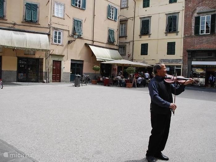 Zomaar een plein in Luca, een echt Italiaans plaatje.