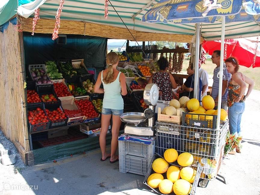 Vers en helemaal niet duur, een fruit kraam zomaar langs de weg