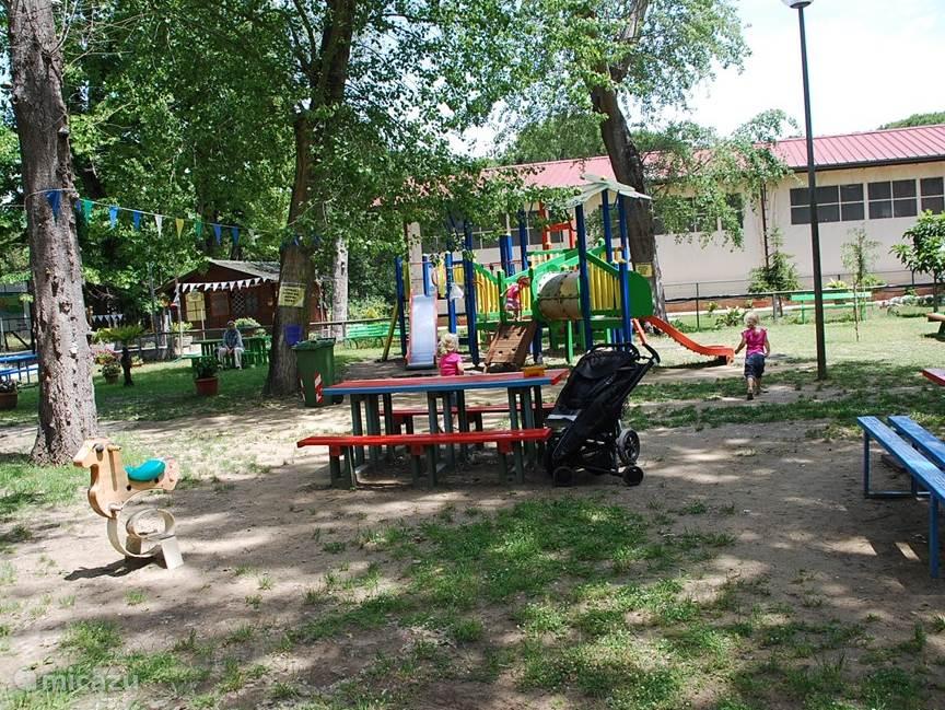 Naast de camping is nog een speeltuin van de gemeente, met bankjes voor de ouders om op te zitten.