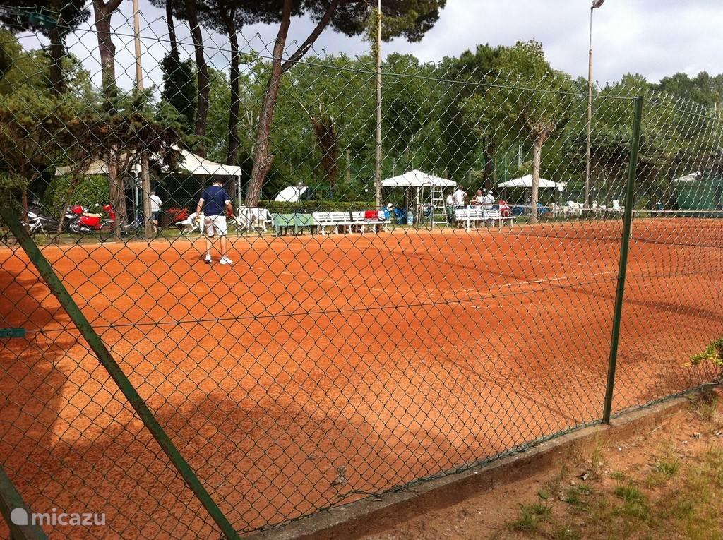 Tennisbanen naast de camping