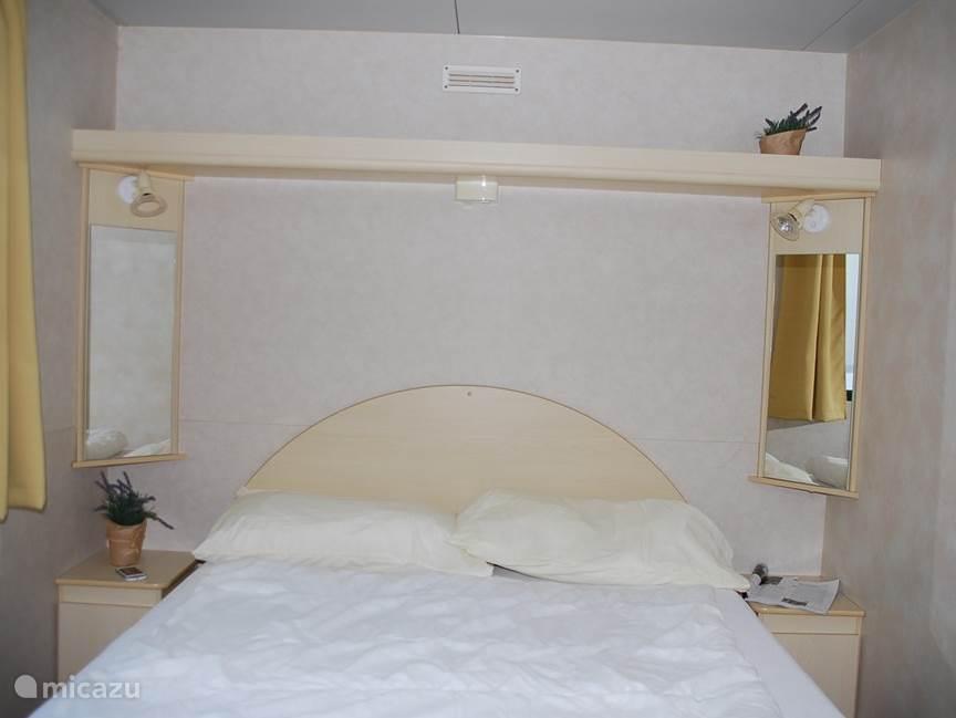 In de ouderslaapkamer staat een tweepersoonsbed en er is voldoende kastruimte, tevens een 'kaptafel' met spiegel.