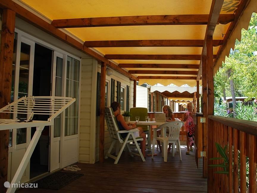 Stacaravan met 3 slaapkamers, toeslag 50 euro per week. Ook met zo'n fijne overdekte houten veranda.
