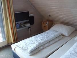 De tweede slaap kamer met Balkon en wastafel met bedden 90 x 200