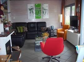 De gezellige huis kamer met comfortabele meubelen.