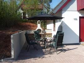 Hier staat de grillplaats met aan twee kanten vaste tafels