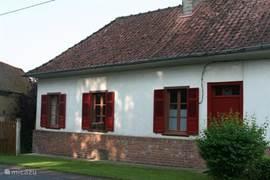 Voorkant Les maisons de Pompel met voordeur en poort als extra toegang tot tuin en achterom