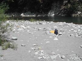 Het prive zandstand aan de rivier op 2 minuten lopen van het huis waar je goed  kan zwemmen.