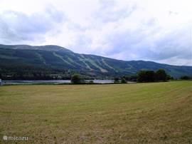 Uitzicht op Trysilfjellet. Aan voet van deze berg ligt ons chalet. Mountainbike route 133 en 135 Foto juli 2012