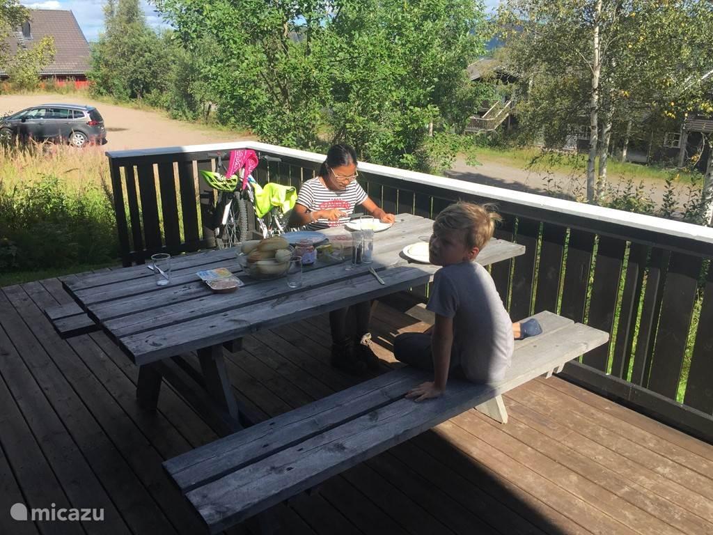 Lekker ontbijten of lunchen op het balkon.