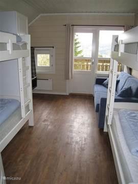 Slaapkamer met 2 stapelbedden en slaapbank, tevens een tv op slaapkamer Foto juli 2012